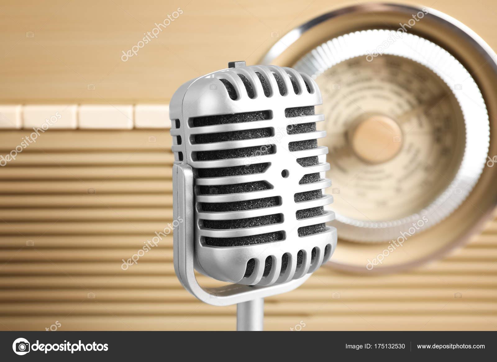 radio e microfono retrò — Foto Stock © belchonock  175132530 b93802671d90