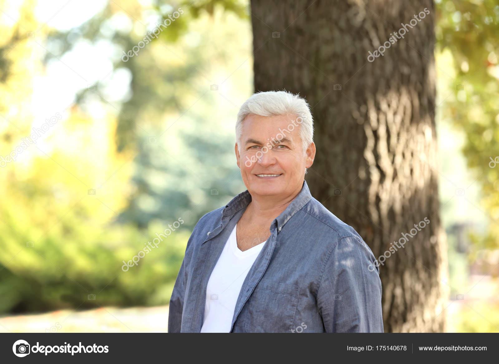 Reifer Mann im Park