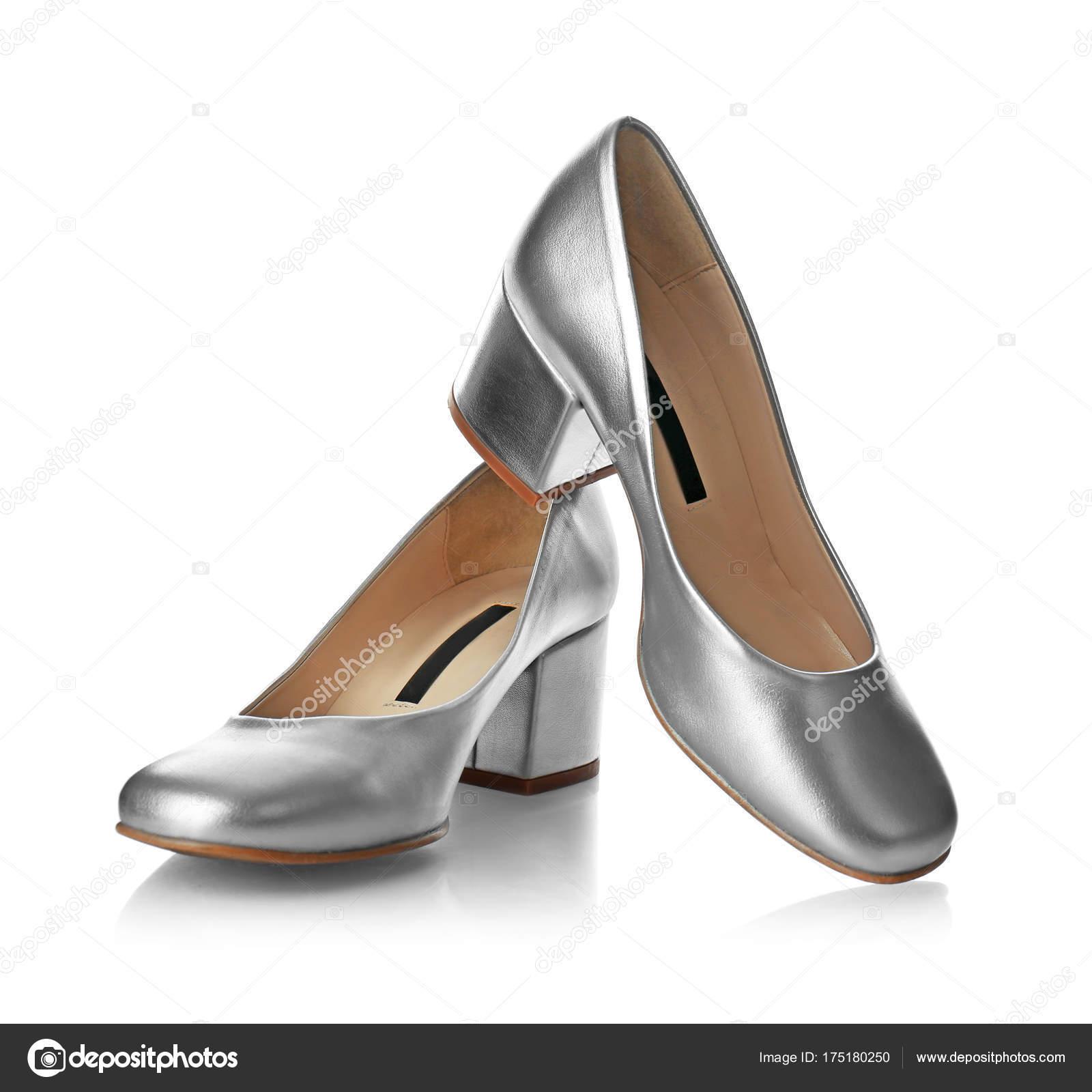 20ab5bd180435d Paar Silber weiblichen Schuhe auf weißem Hintergrund — Foto von belchonock