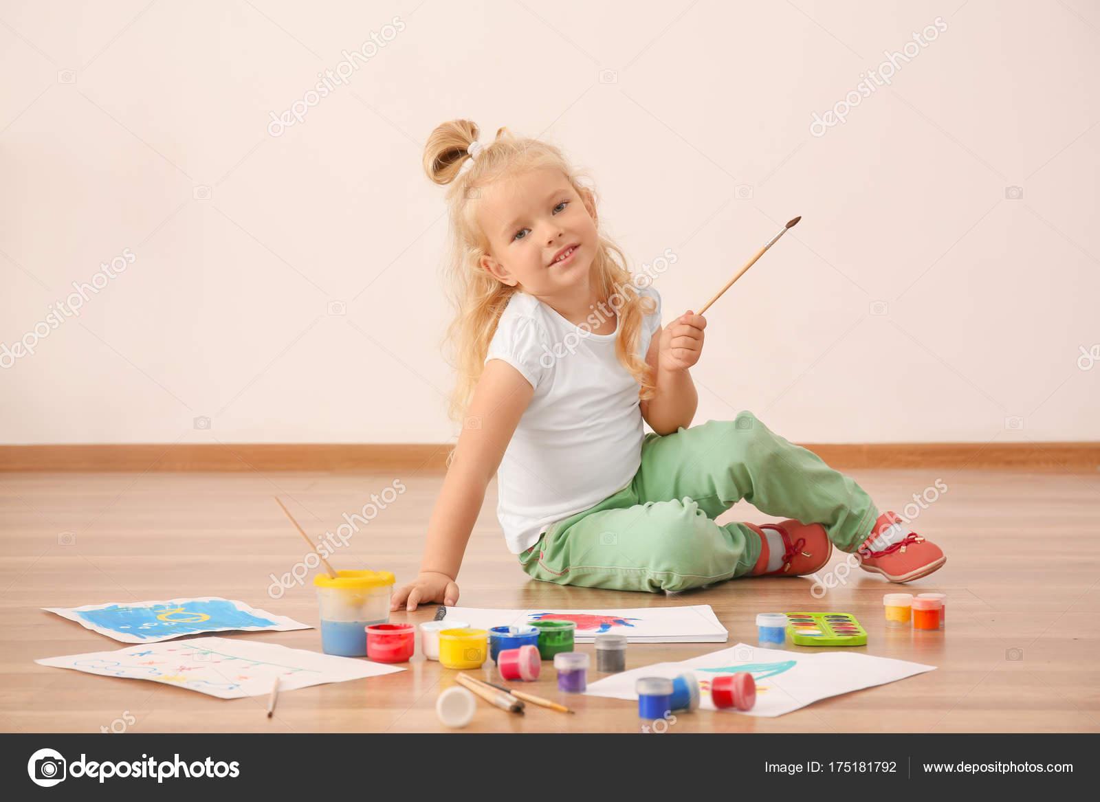 Sevimli Kız Boyama Resmi Kağıt Kapalı üzerine Stok Foto