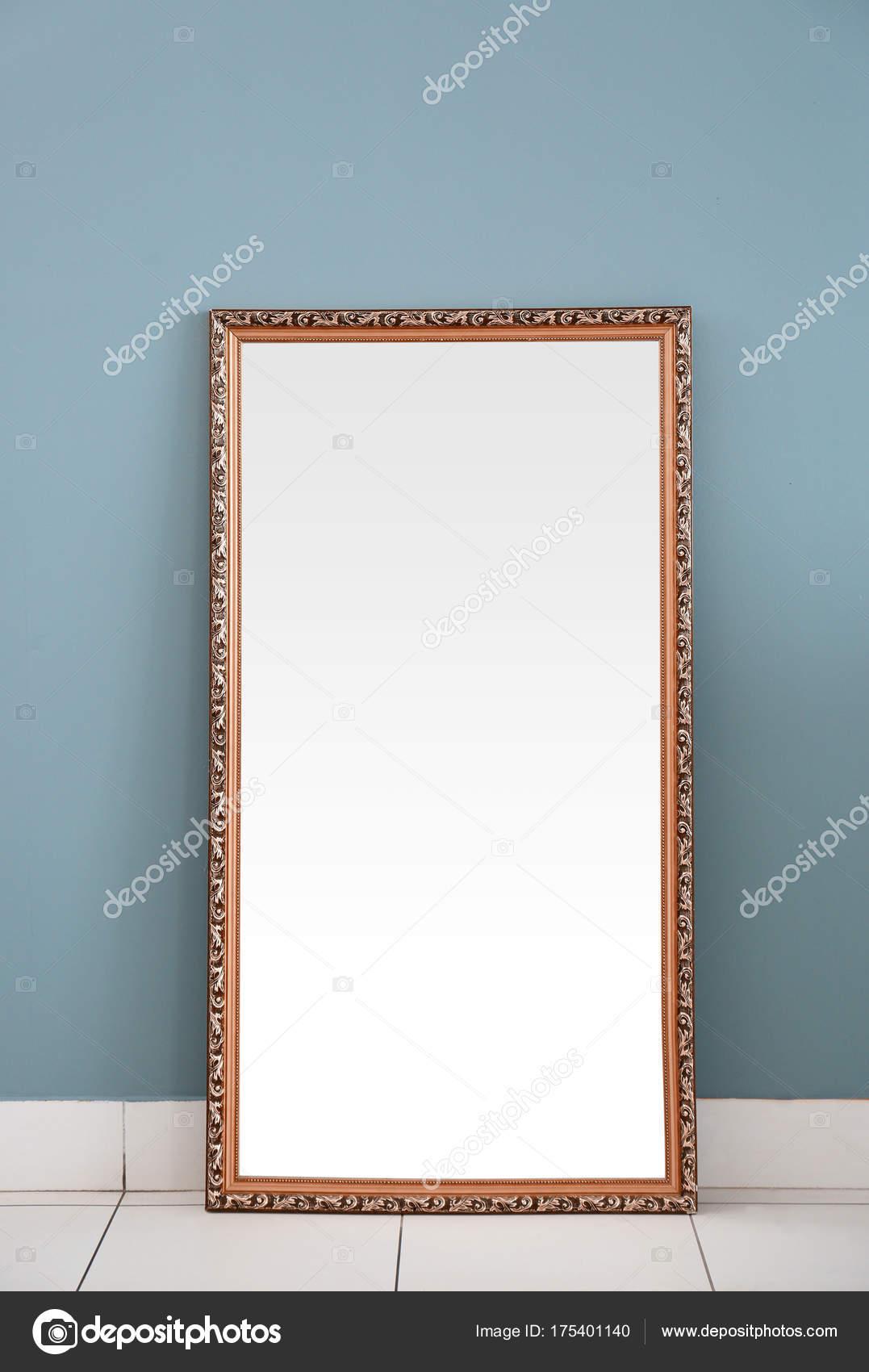Schöner großer Spiegel — Stockfoto © belchonock #175401140
