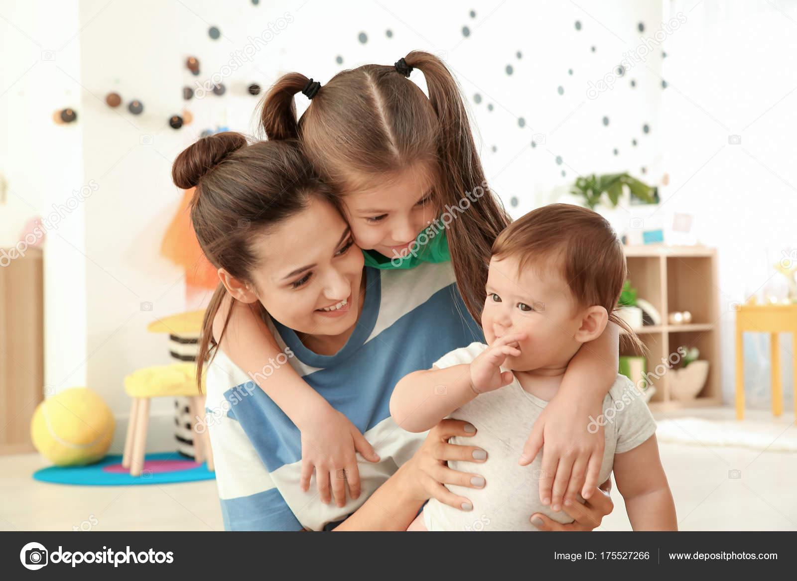 96595f5f240 Νεαρή μητέρα με χαριτωμένα παιδιά — Φωτογραφία Αρχείου © belchonock ...