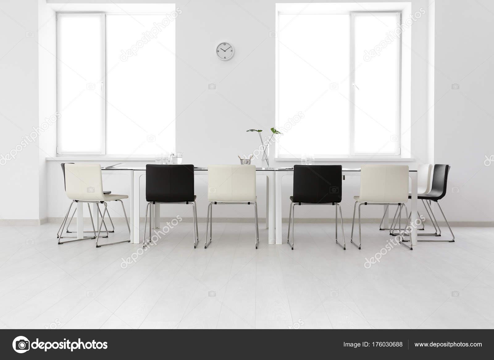 Moderne büroeinrichtung  Moderne Büroeinrichtung mit grossem Tisch und Stühlen — Stockfoto ...