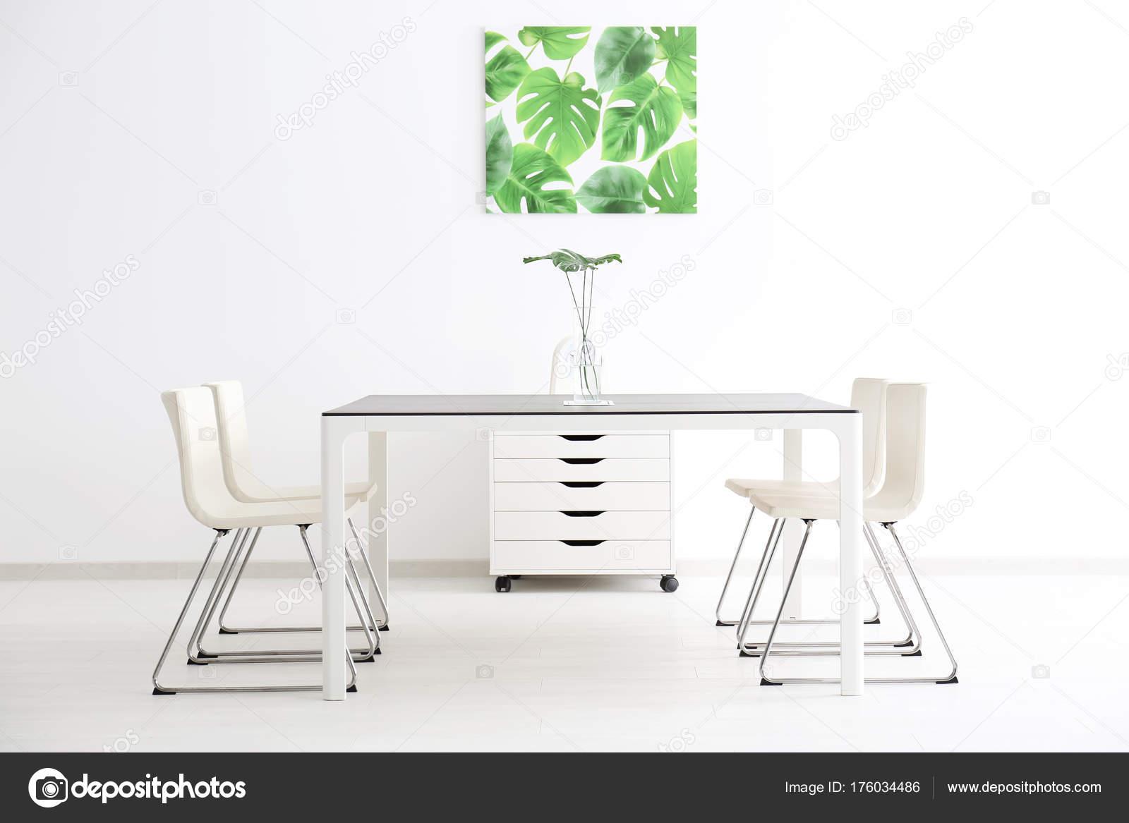 Grote Witte Tafel : Moderne kantoor interieur met grote tafel witte stoelen