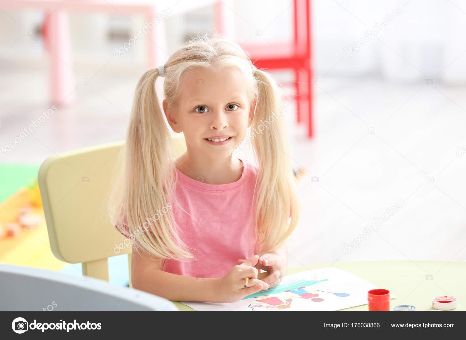 a78886527f5eed Niedliche Kleine Mädchen Malen Kindergarten — Stockfoto © belchonock ...