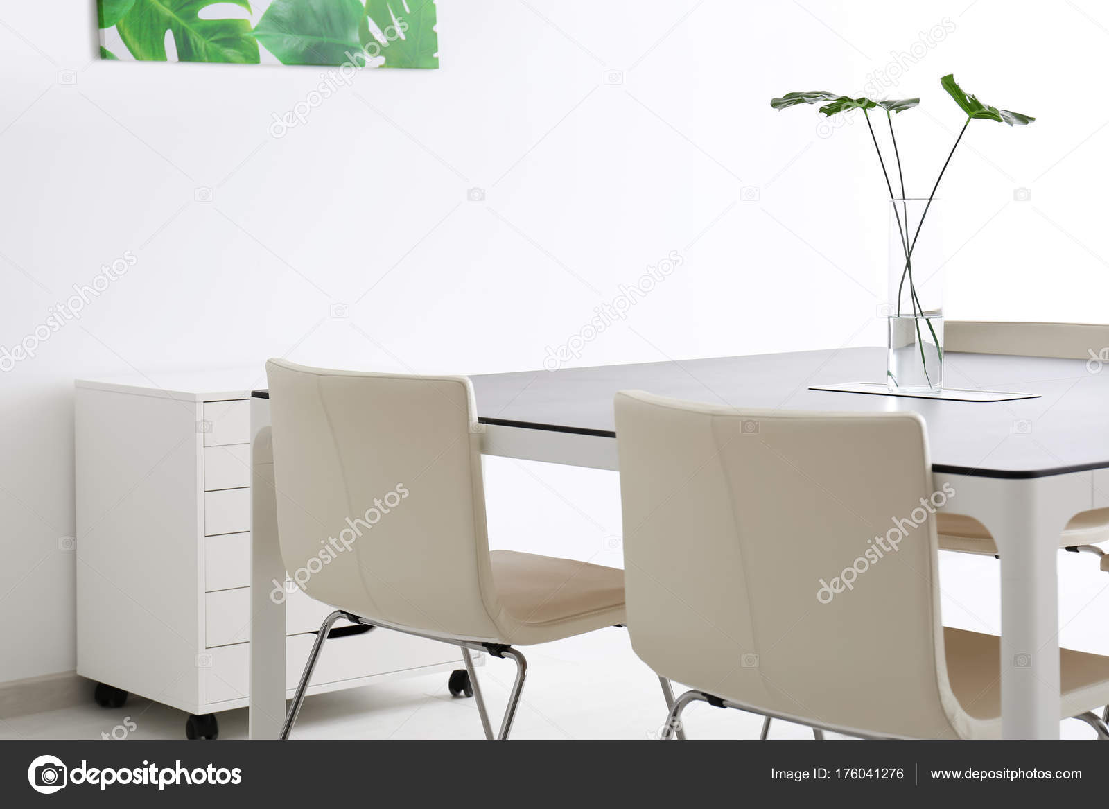 intrieur bureau moderne avec grande table chaises blanches photo