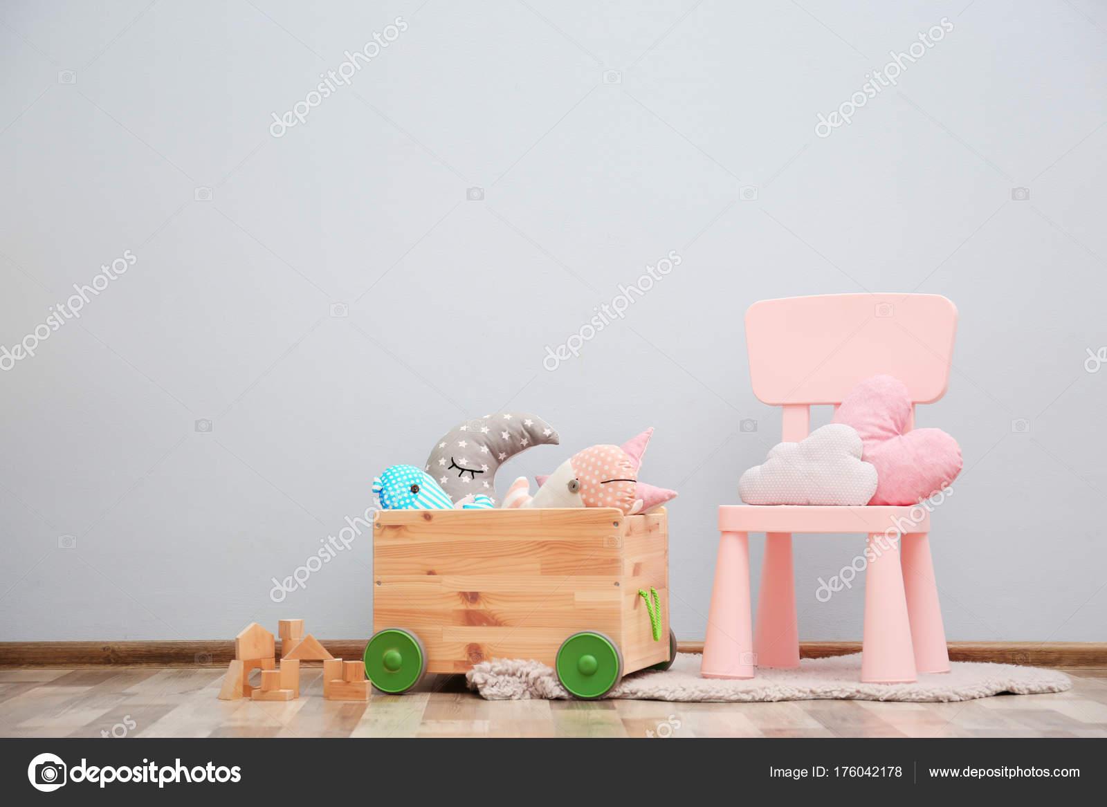 Kinderkamer met lichte muur interieur details u stockfoto