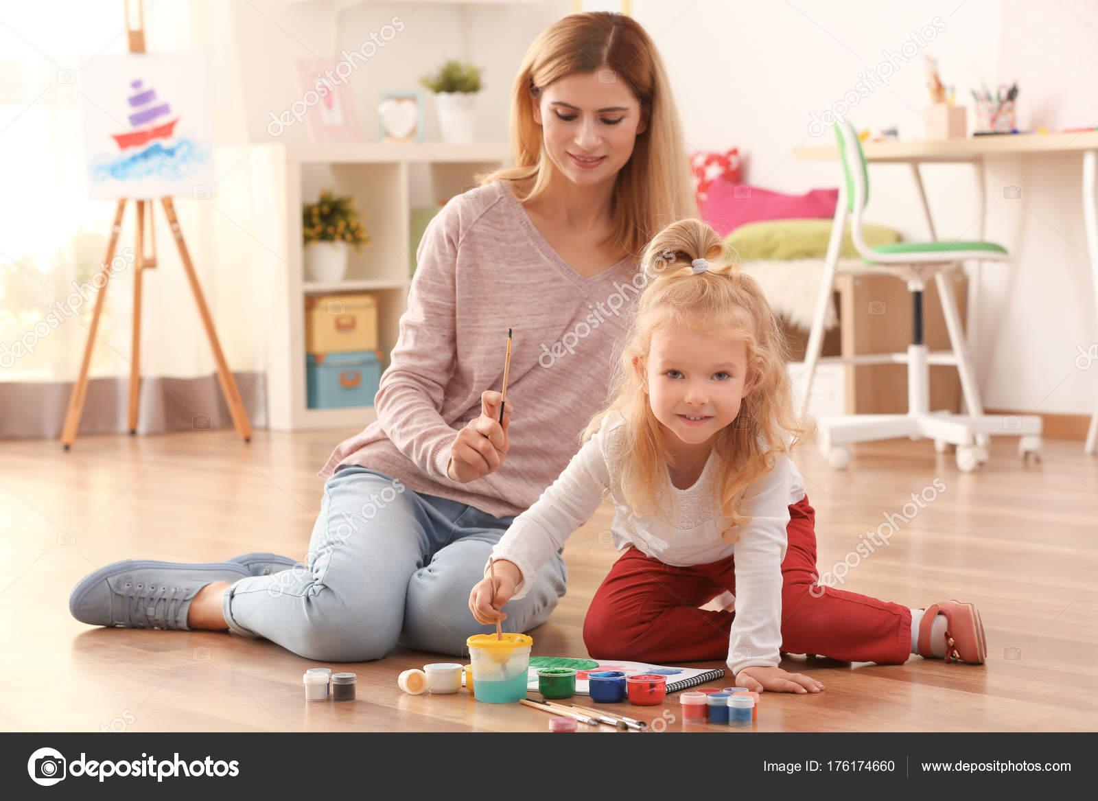 Sevimli Kız Boyama Resmi Kağıt Kapalı üzerine Annesiyle Stok Foto