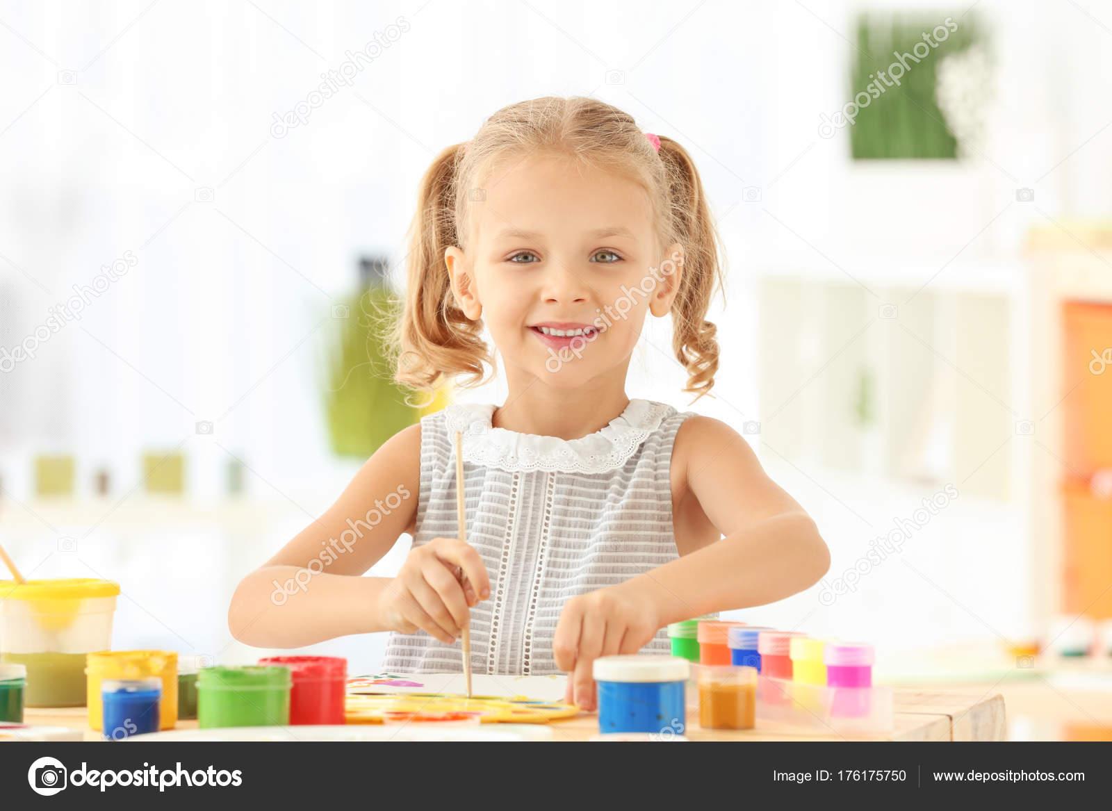 Sevimli Kız Boyama Resim Masada Kapalı Stok Foto Belchonock