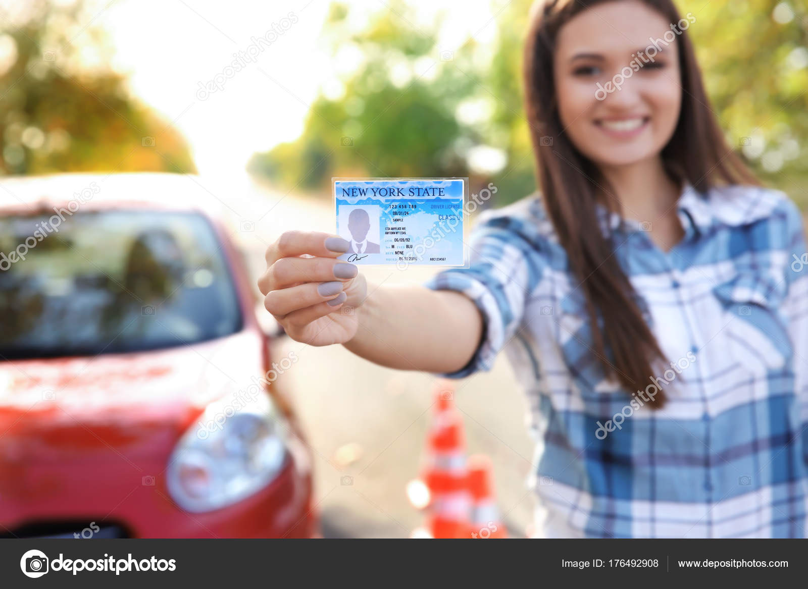 Junge Glücklich Frau Hält In Der Nähe Von Auto Führerschein