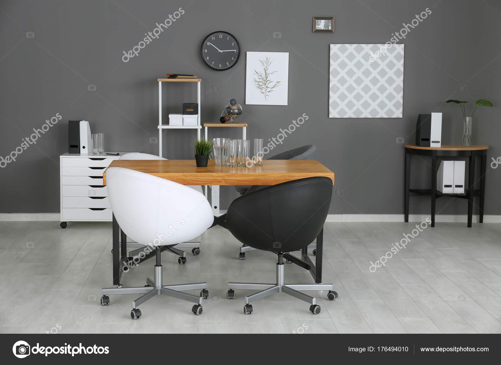 Intérieur de bureau moderne avec fauteuils en noir et blancs
