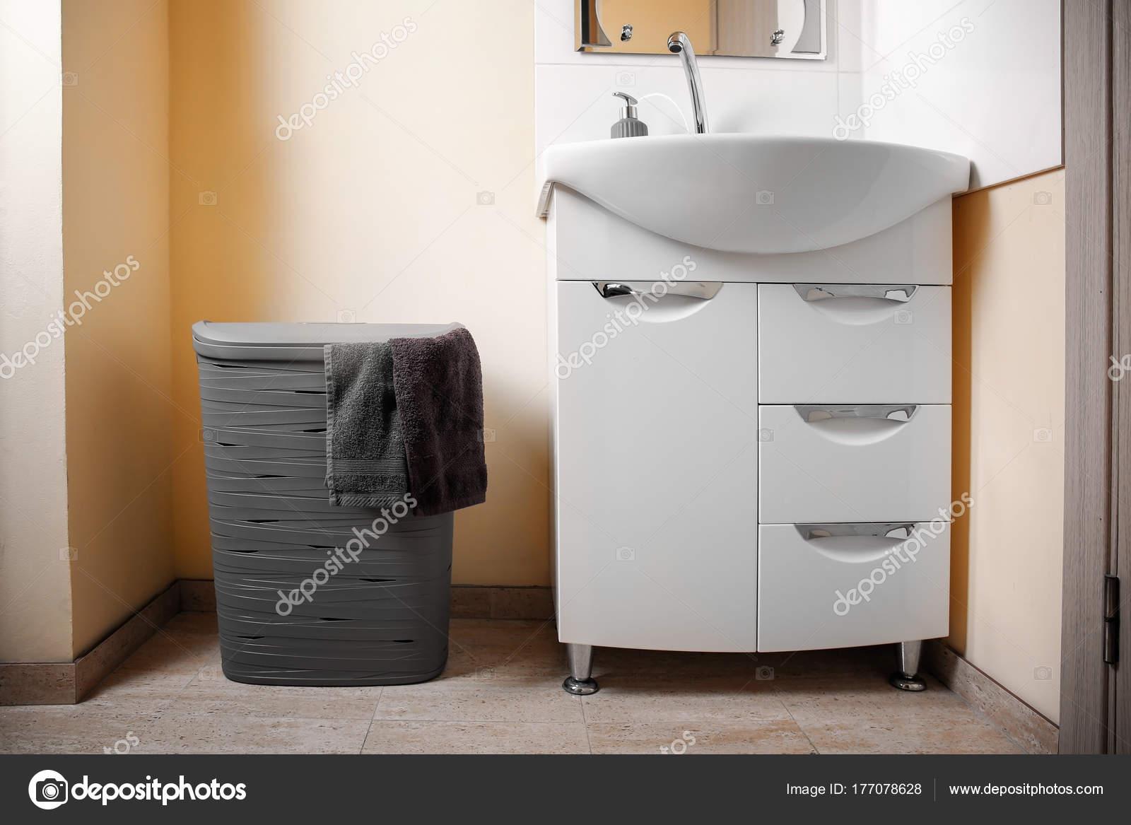 Wasmand in de buurt van wastafel in badkamer — Stockfoto ...
