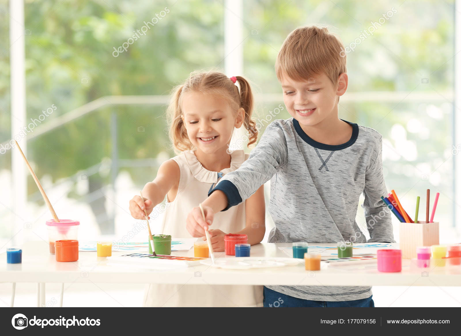 Lindos niños pintando cuadros en la mesa en el interior — Foto de ...