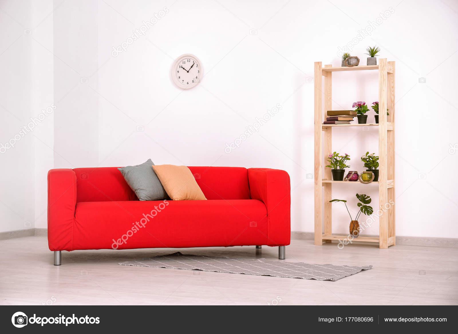 Wohnzimmer Innenraum Mit Bequemen Roten Sofa Stockfoto