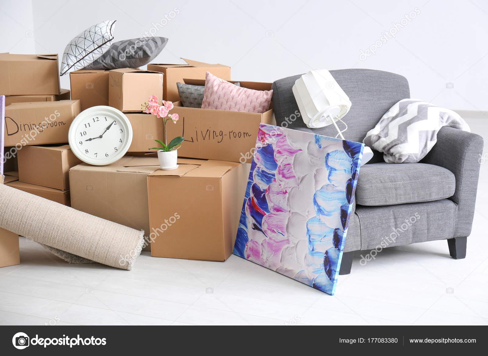Kartons mit Sachen im Zimmer. Bewegliche Haus Konzept — Stockfoto ...
