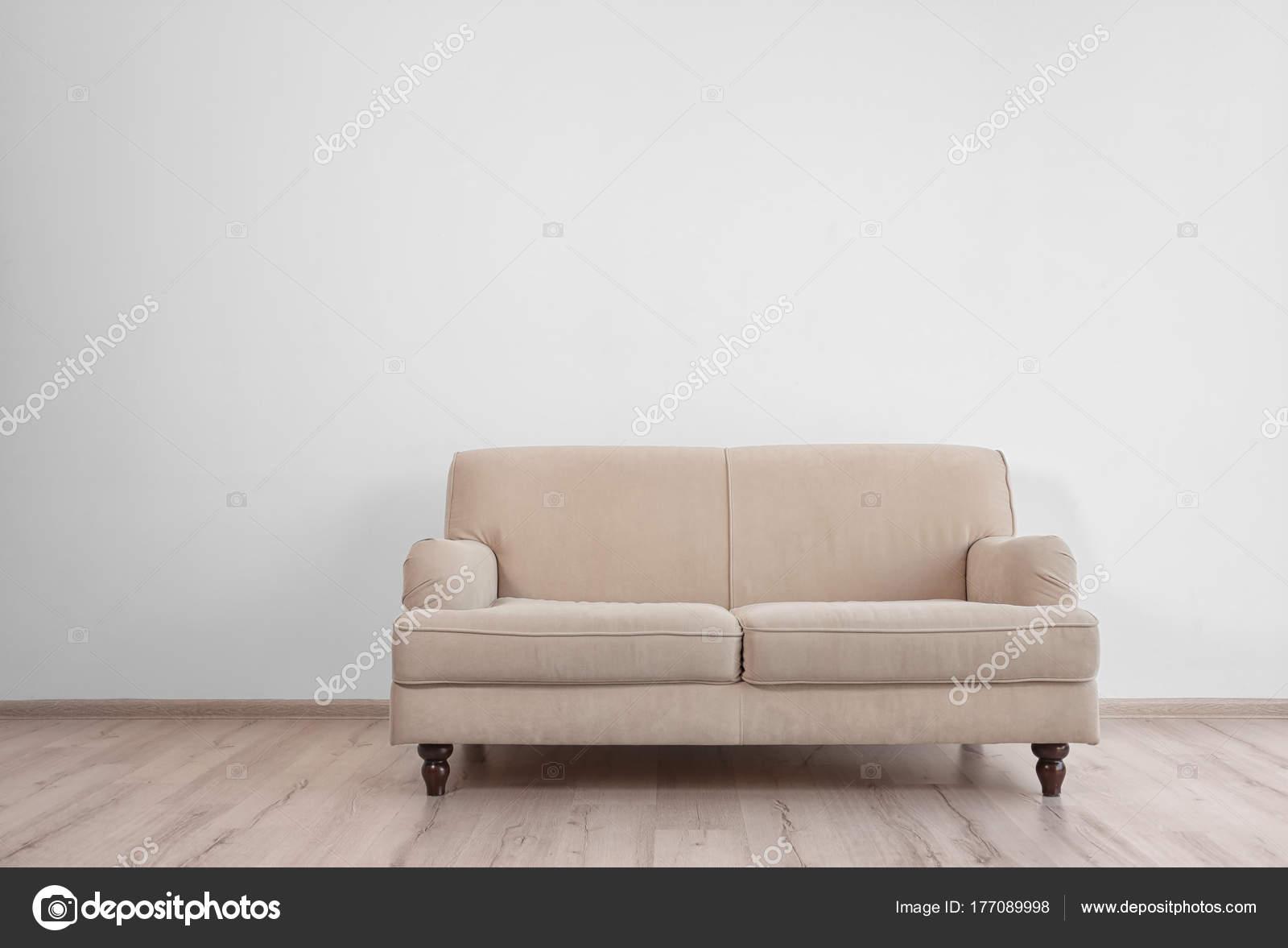 Stilvolle Sofa Auf Weiße Wand Hintergrund U2014 Stockfoto