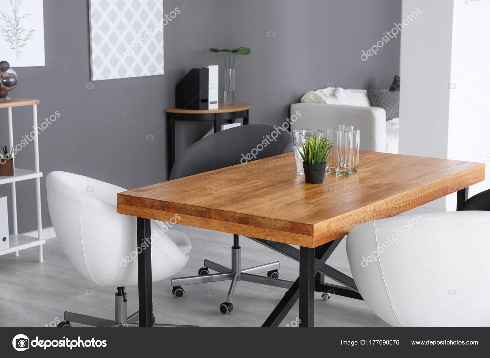 Intérieur de bureau moderne avec fauteuils et table en bois