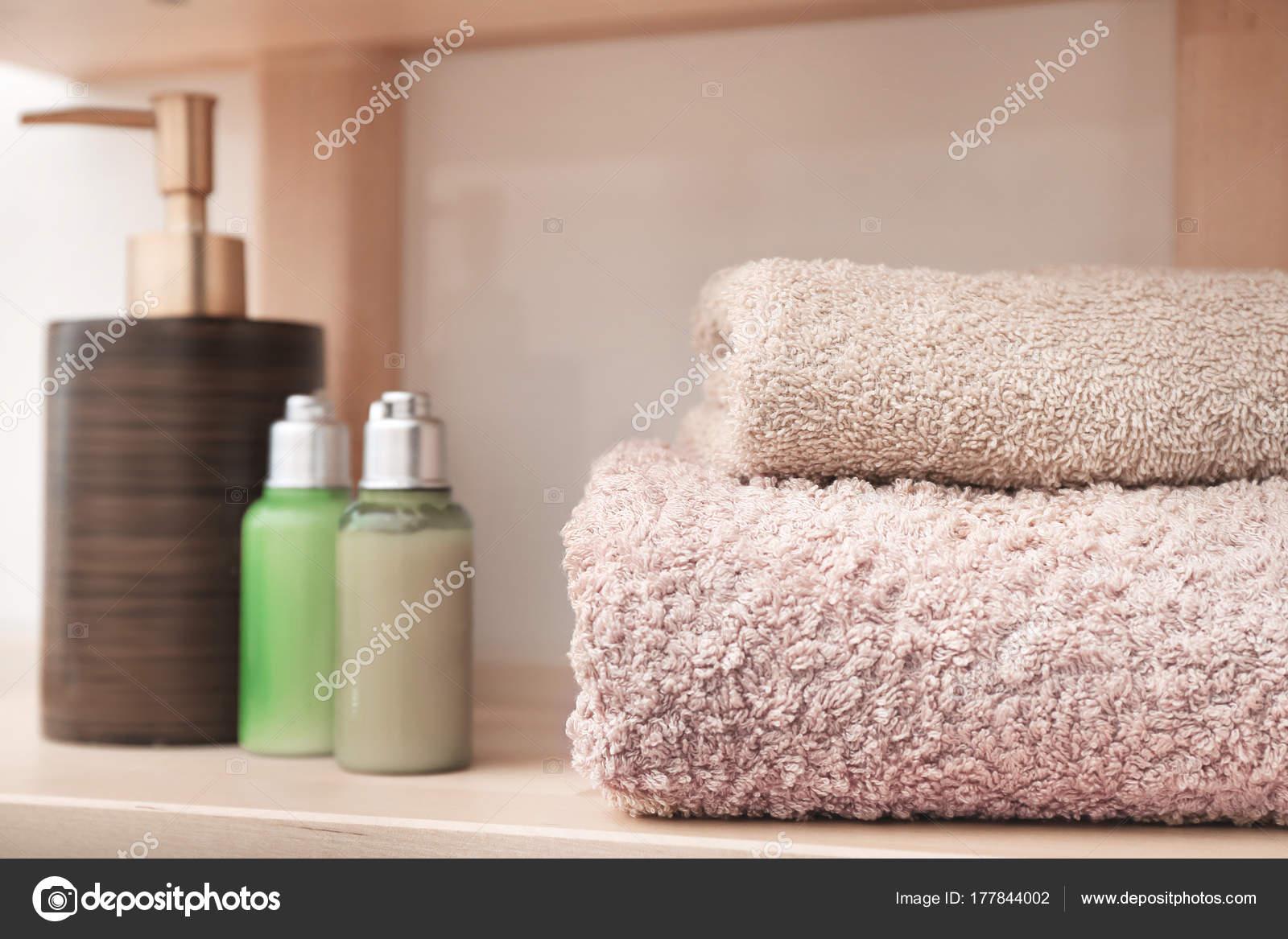 Saubere Handtücher und Kosmetik Regal im Badezimmer — Stockfoto ...