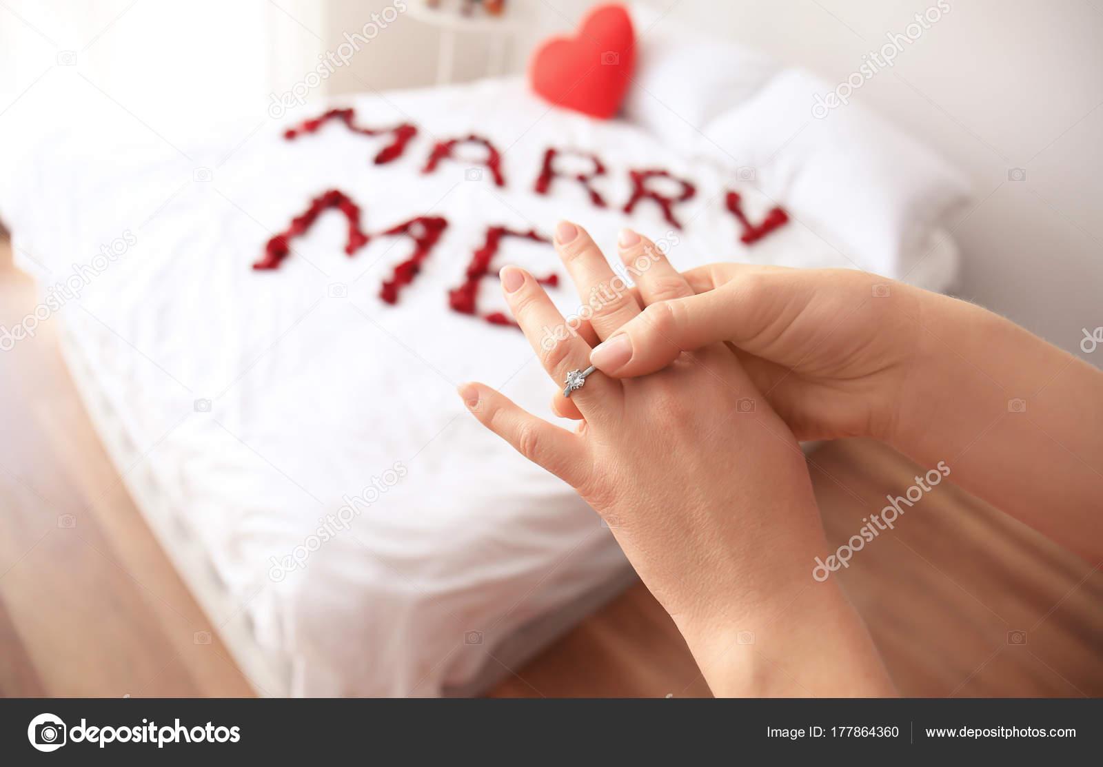 Frau Akzeptieren Heiratsantrag Und Tragen Verlobungsring Im
