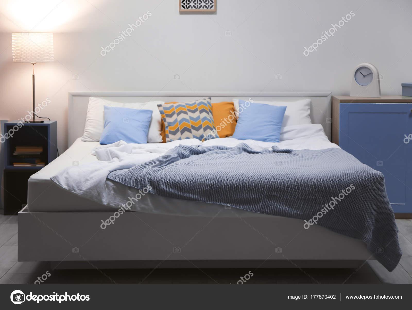 Wnętrze Nowoczesne Sypialnia Z Dużym łóżkiem Zdjęcie