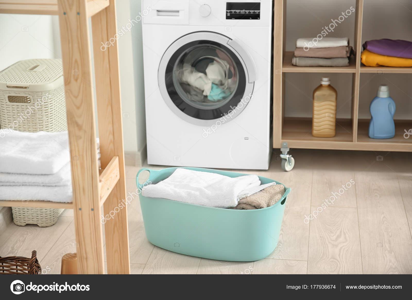 Cesta con lavadero y lavadora en cuarto de baño — Fotos de Stock ...