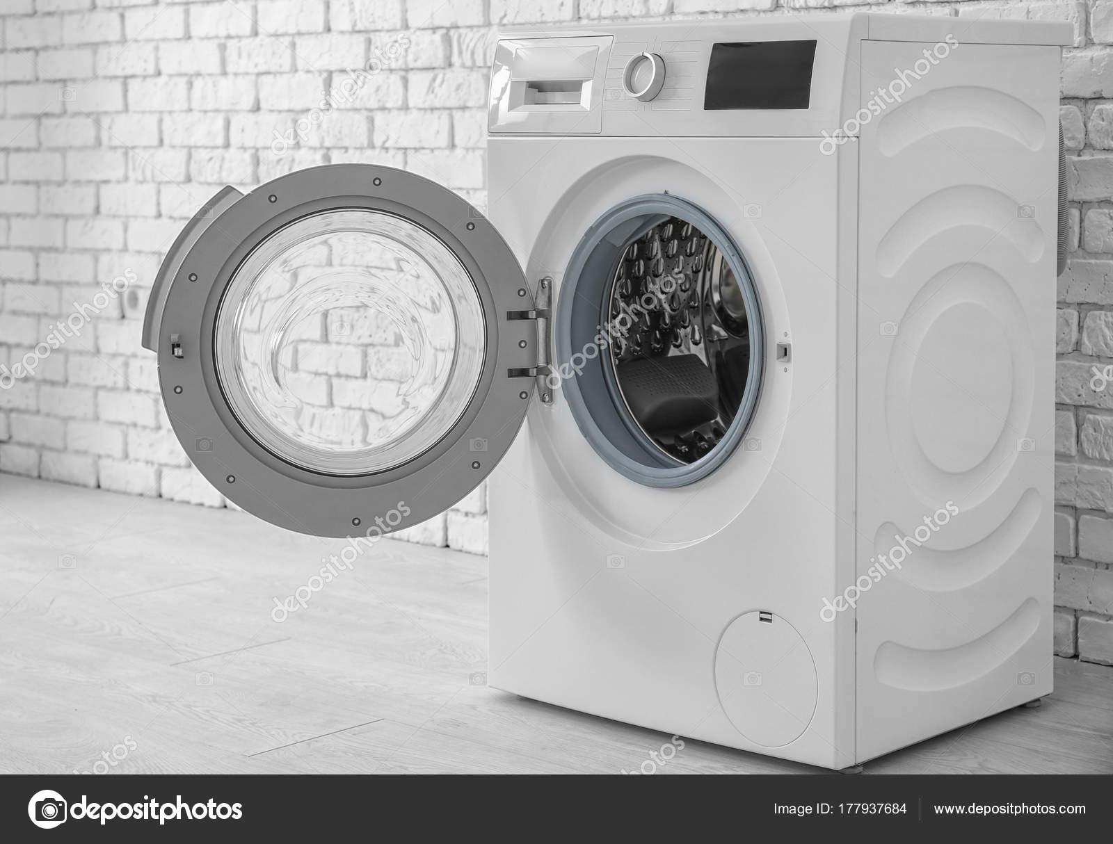 Moderne Waschmaschine moderne waschmaschine in der nähe mauer stockfoto belchonock
