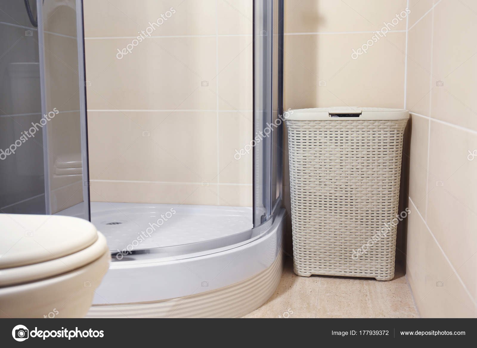 Wasmand in badkamer — Stockfoto © belchonock #177939372