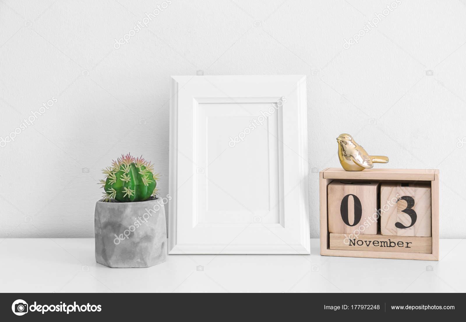 Marco Vacío Calendario Madera Cactus Mesa Junto Pared Blanca — Foto ...