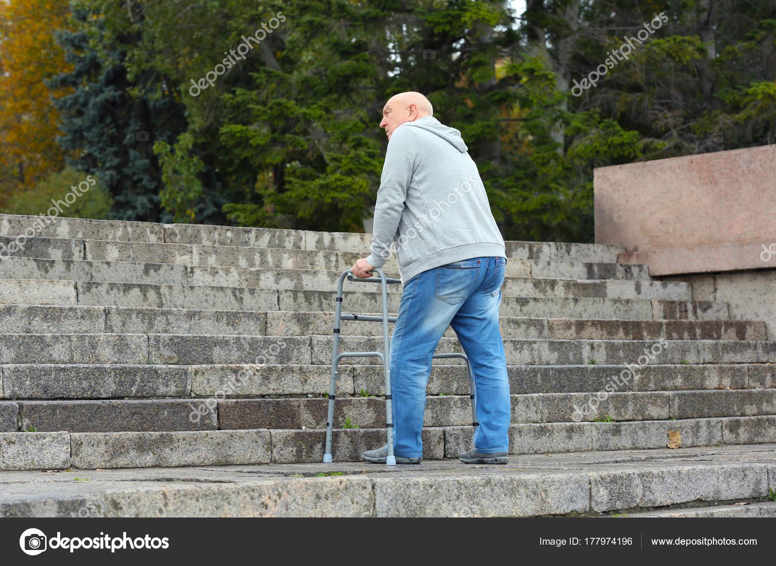 Älterer Mann Mit Dem Rahmen Freien Die Treppe Hinauf Gehen ...