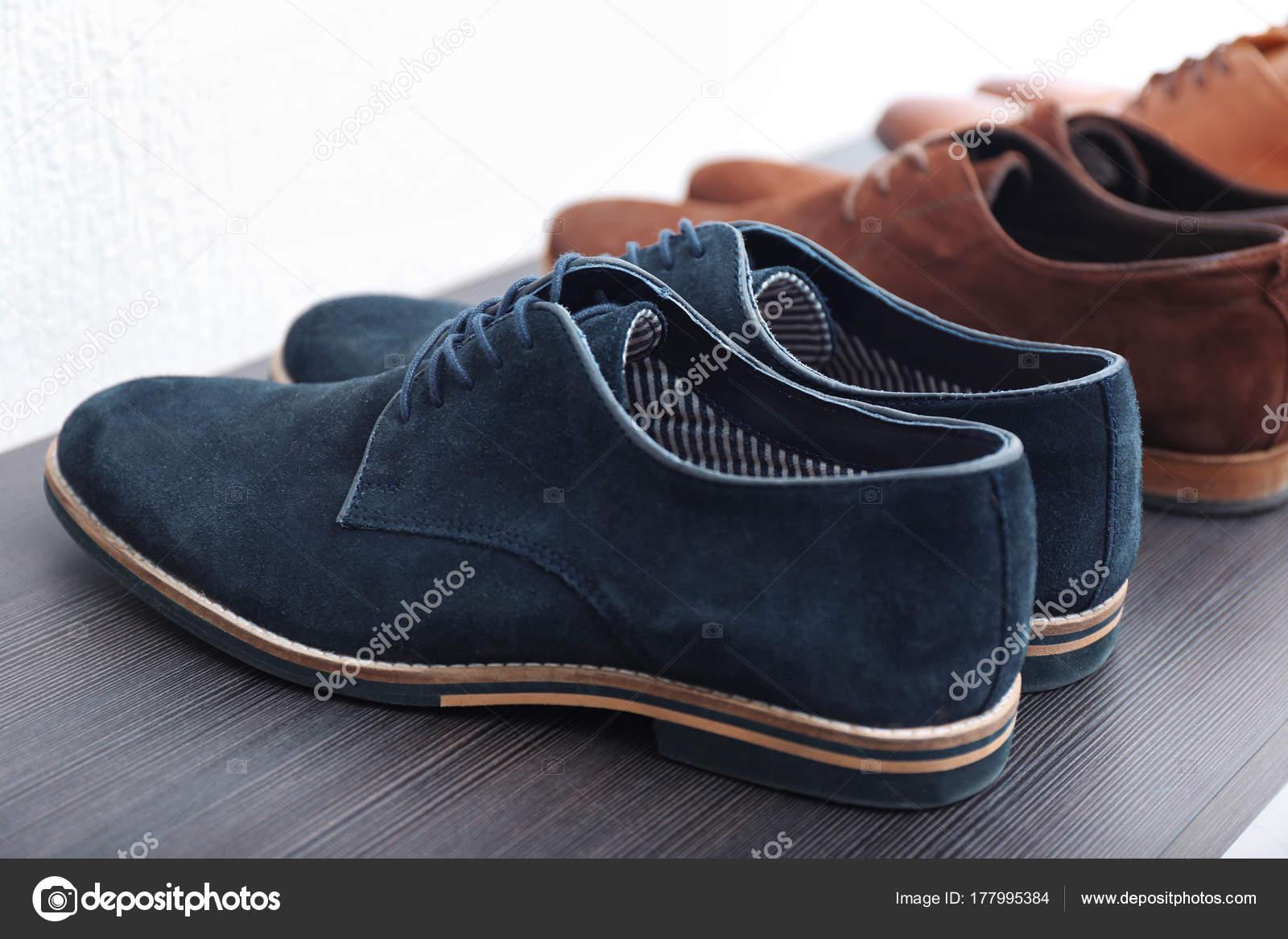 fa8f80eeb3a7 Стильная мужская обувь на шельфе — Стоковое фото © belchonock  177995384