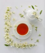 Tasse Tee mit Jasminblüten