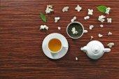 csésze tea jázmin virágok
