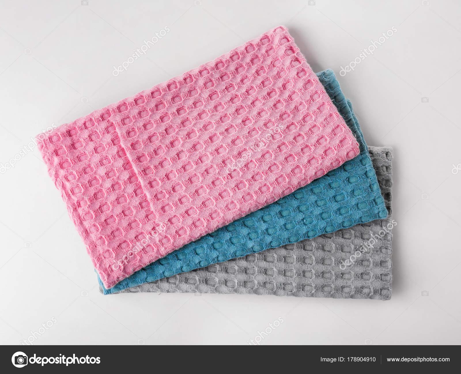 Saubere Küchentücher auf weißem Hintergrund — Stockfoto © belchonock ...