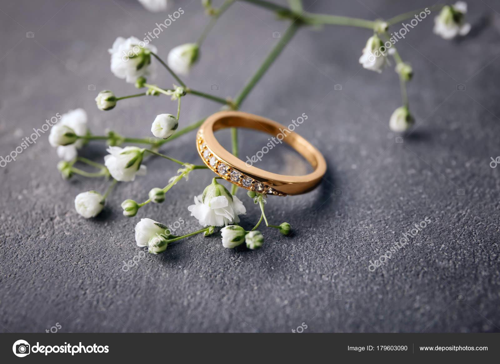 Krasny Zasnubni Prsten A Kvetiny Na Stole Sede Closeup Stock