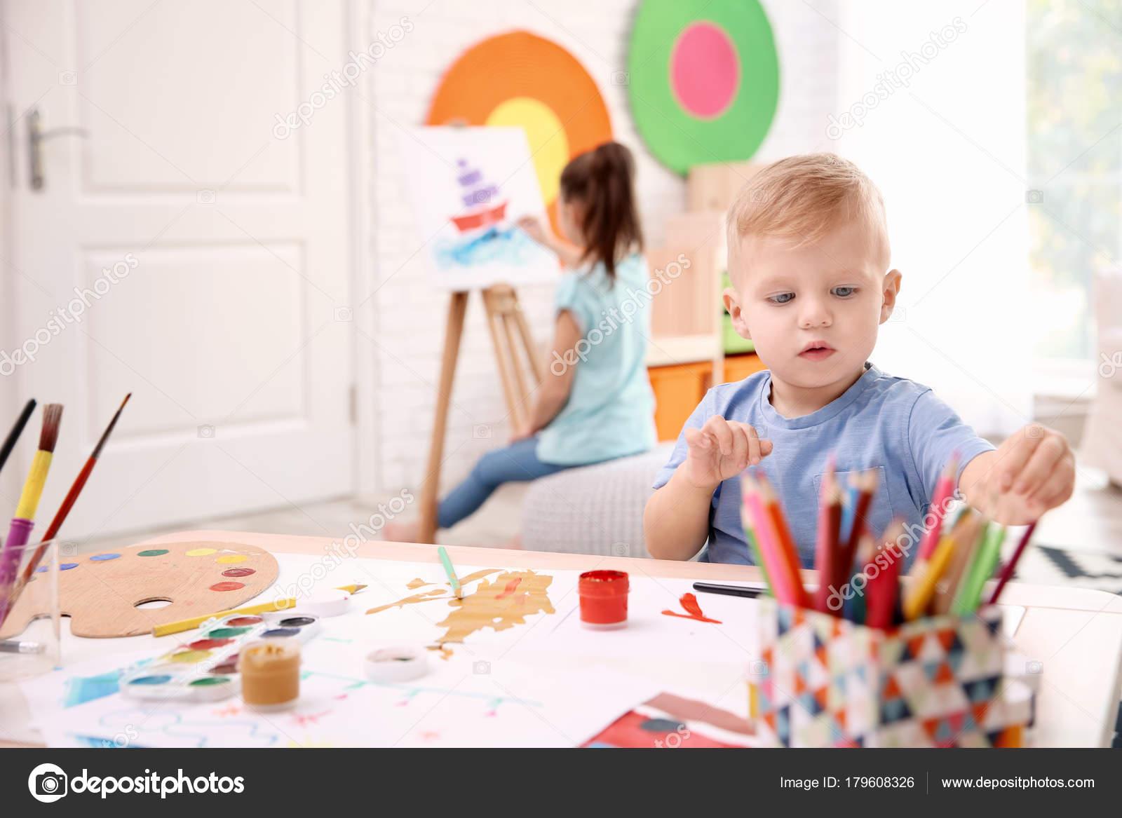 Küçük Bir çocuk Ve Kapalı Boyama Bulanık Kız Stok Foto