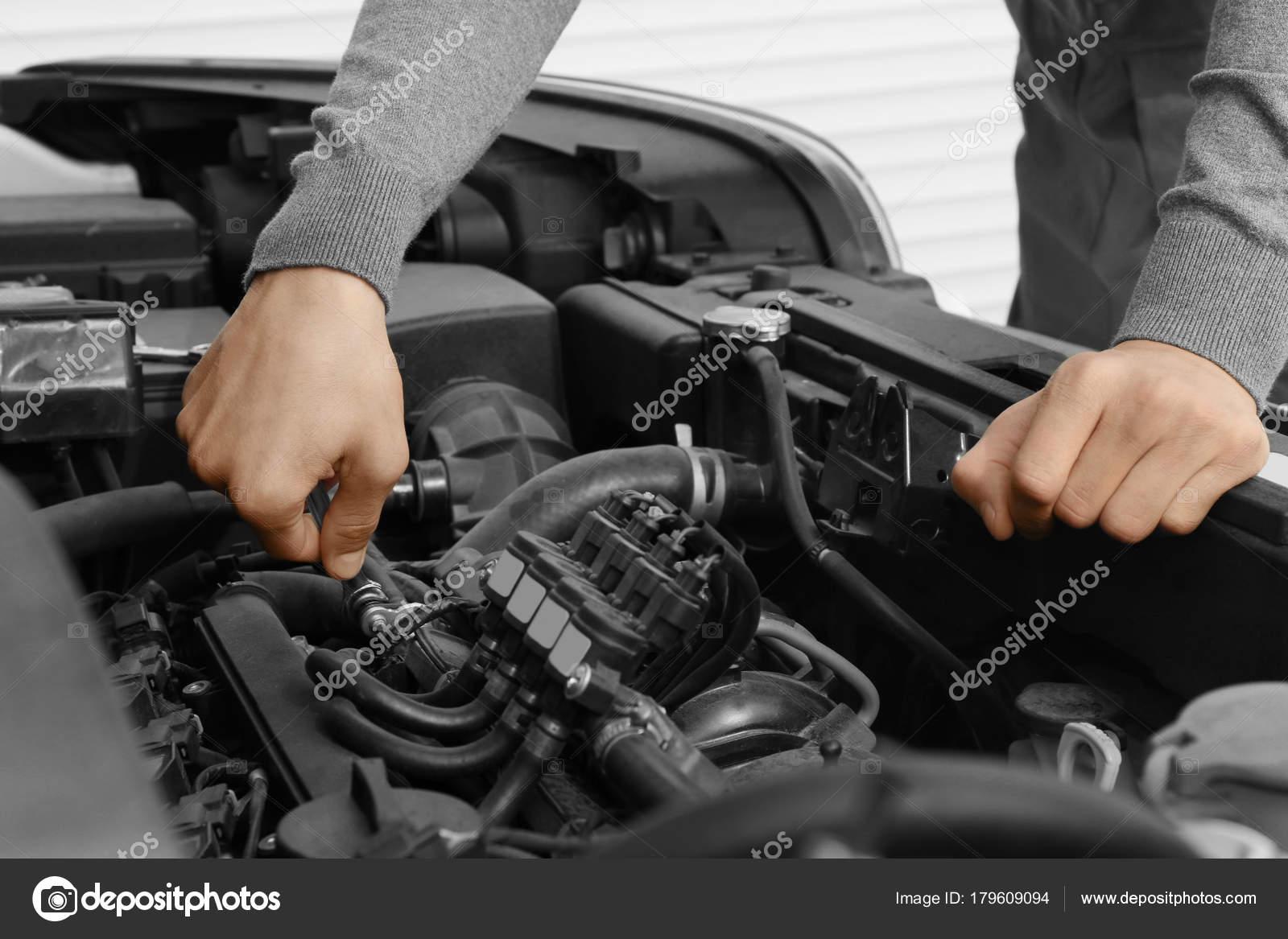 Auto-Mechaniker, Auto Reparatur — Stockfoto © belchonock #179609094