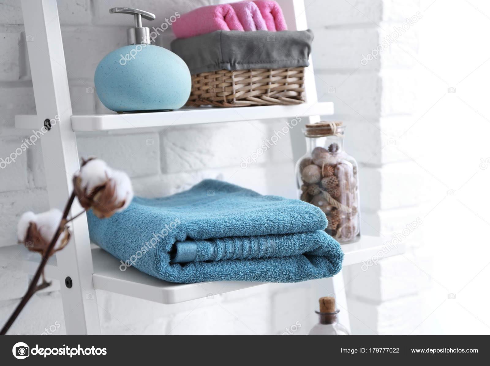 Zeepdispenser Voor Douche : Schone handdoeken met zeepdispenser planken badkamer u2014 stockfoto