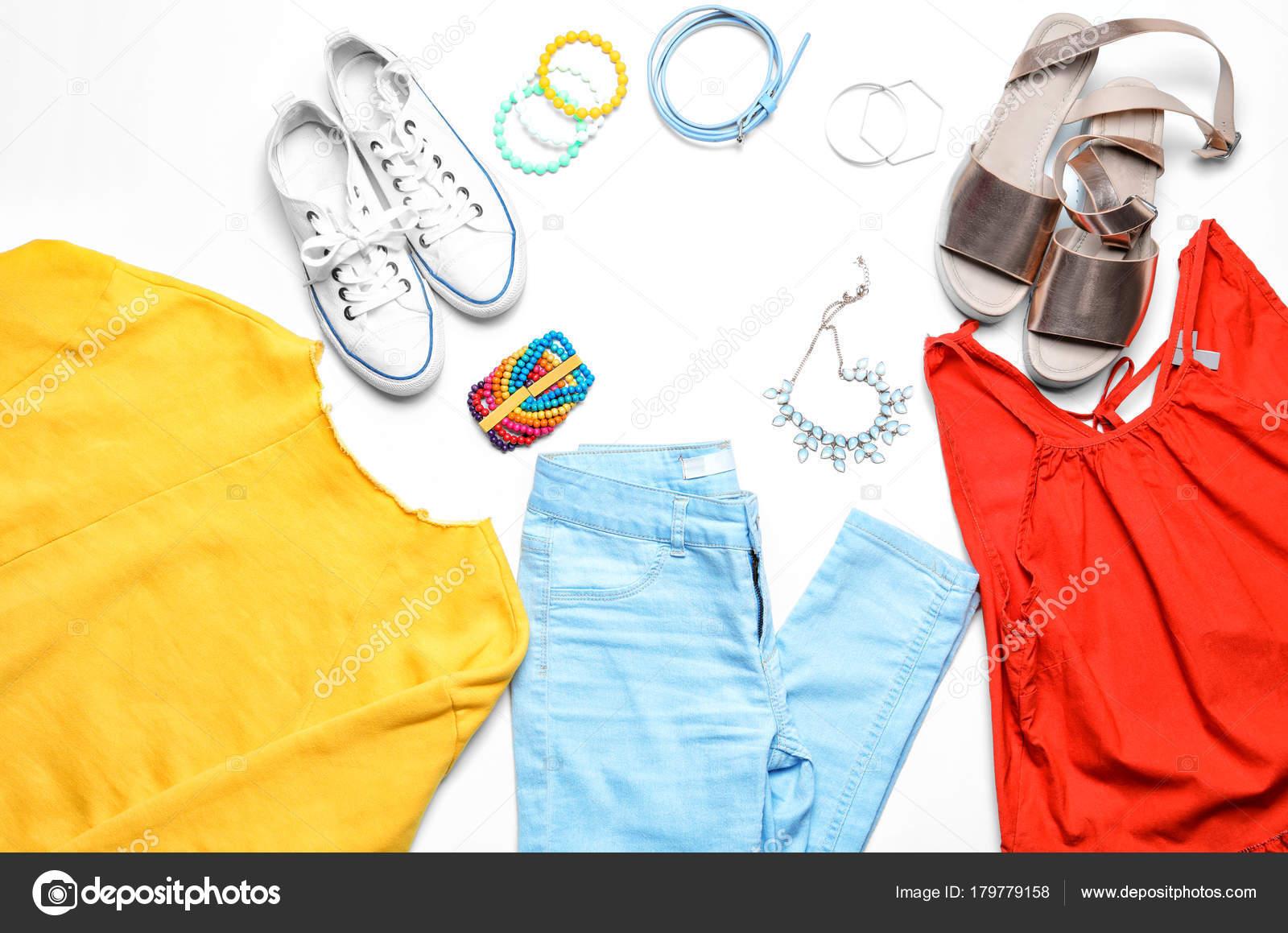 f7fe57204a5c Κομψό Σύνολο Casual Γυναικεία Ρούχα Λευκό Φόντο — Φωτογραφία Αρχείου ...