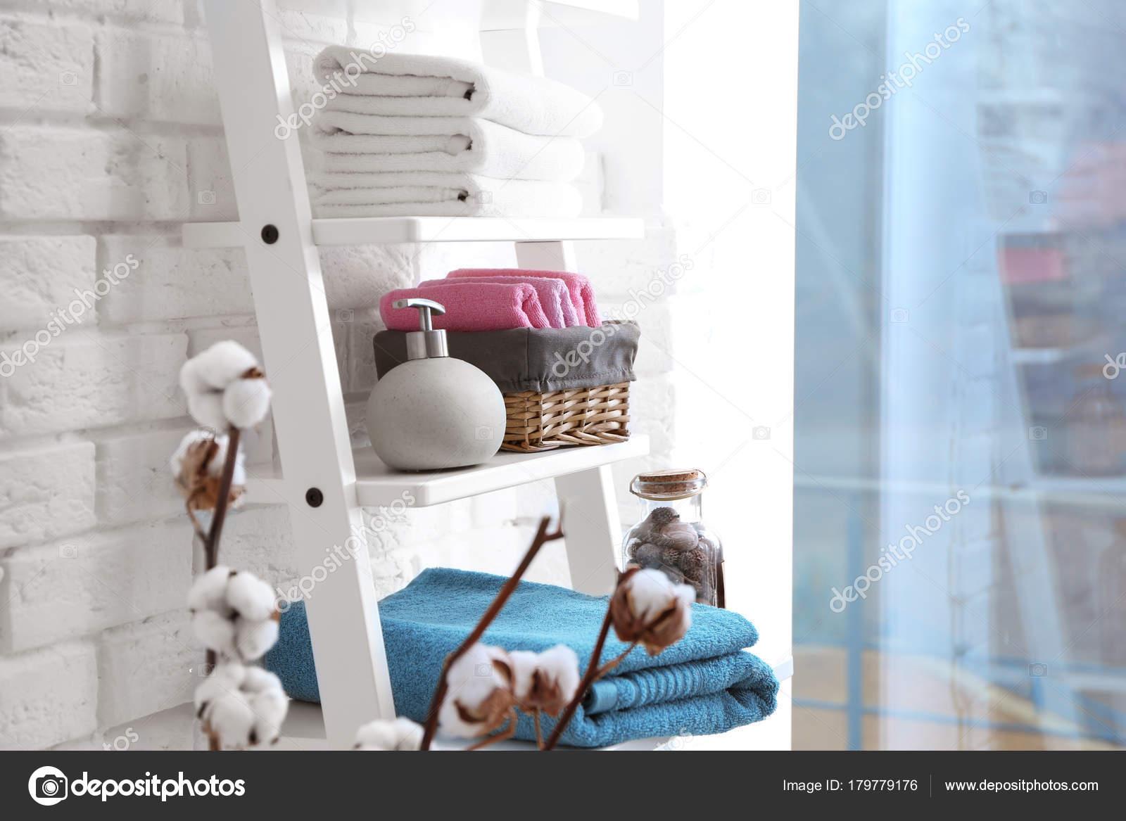 Schone Handdoeken Met Zeepdispenser Planken Badkamer — Stockfoto ...