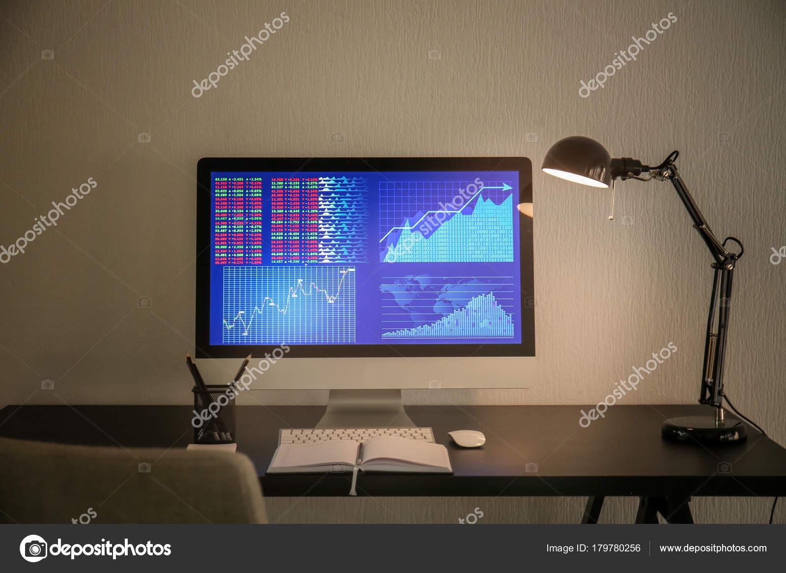 Travail confortable moderne avec ordinateur sur bureau maison