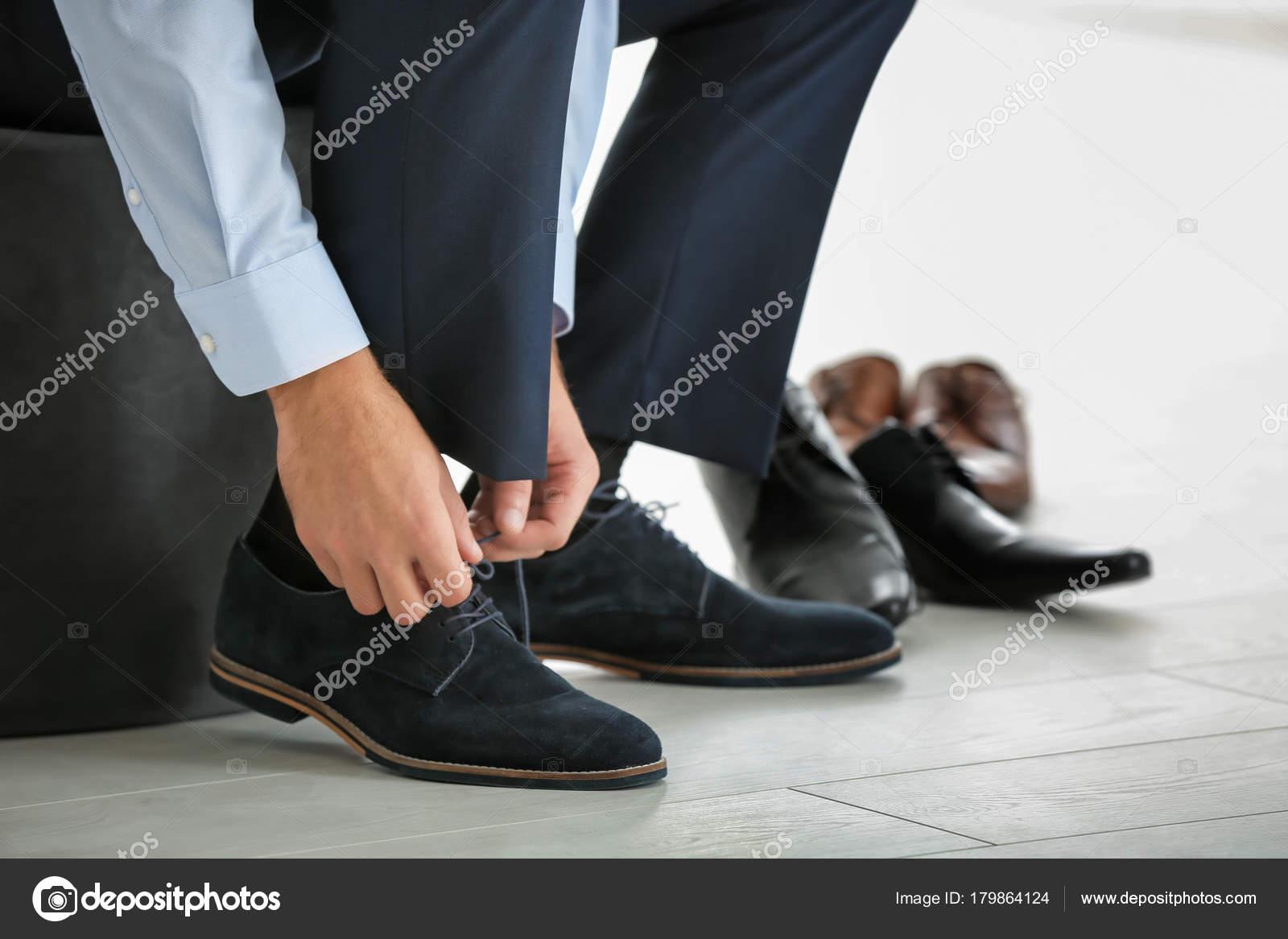 Belchonock Zapatos Stock Tienda De © — Joven Probándose Foto Hombre nw80kXPNO