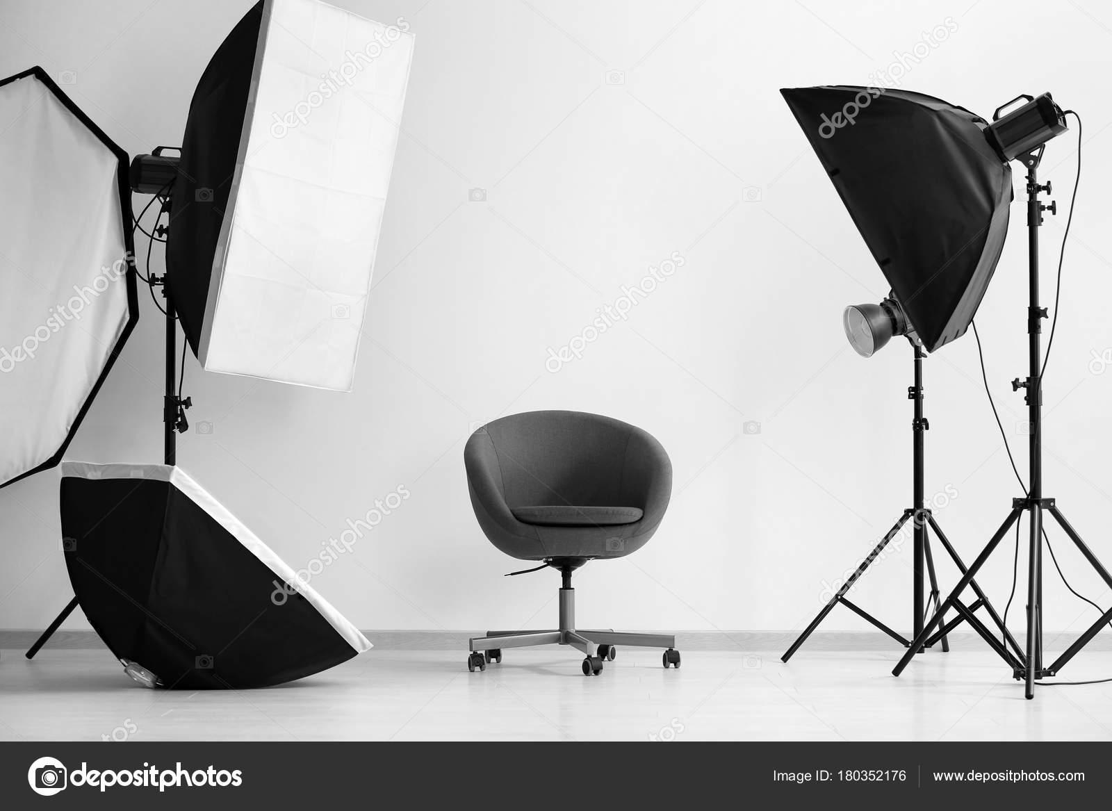 Merveilleux Intérieur Du Studio Photo Moderne Avec Fauteuil Et Matériel Professionnelu2013  Images De Stock Libres De Droits