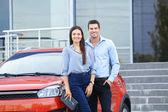 A fiatal pár áll közel a modern autók szabadban