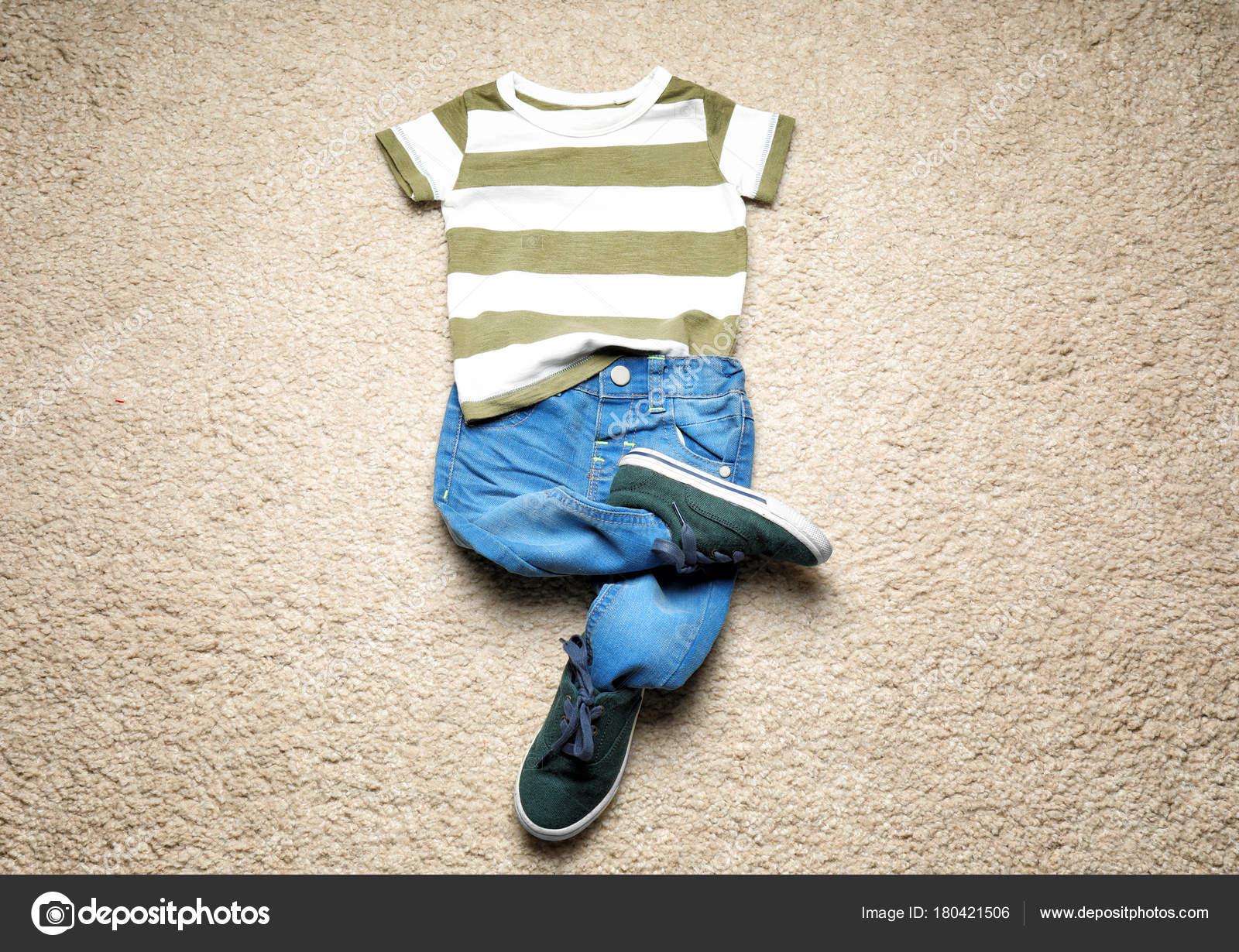 4ca87e3cc2c Σύνθεση Μοντέρνα Παιδιά Ρούχα Στο Χαλί — Φωτογραφία Αρχείου ...