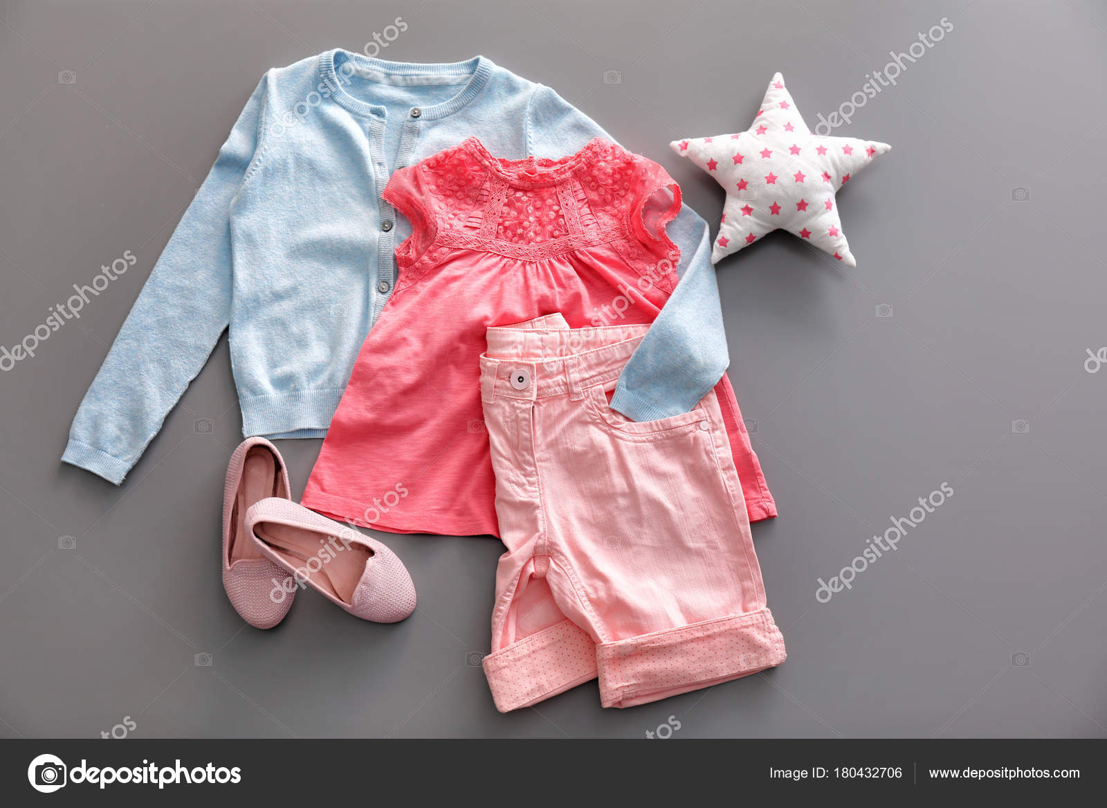 b2eeb982ac3 Σύνθεση Μοντέρνα Παιδιά Ρούχα Γκρι Φόντο — Φωτογραφία Αρχείου ...