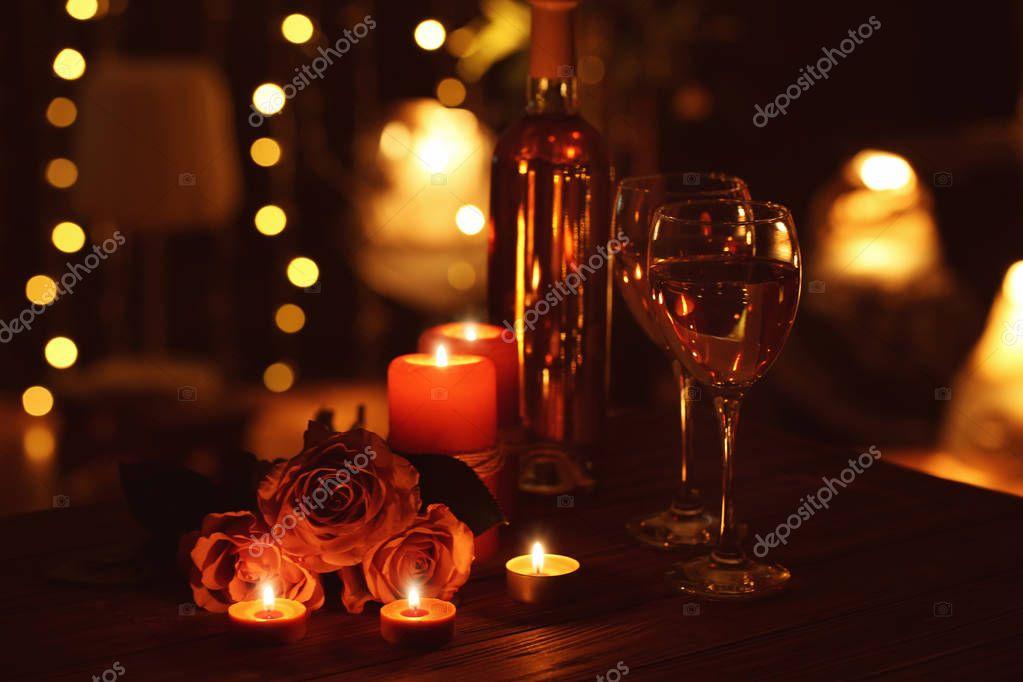 sch ne romantische komposition mit kerzen rosen und gl ser wein dunkeln stockfoto belchonock. Black Bedroom Furniture Sets. Home Design Ideas
