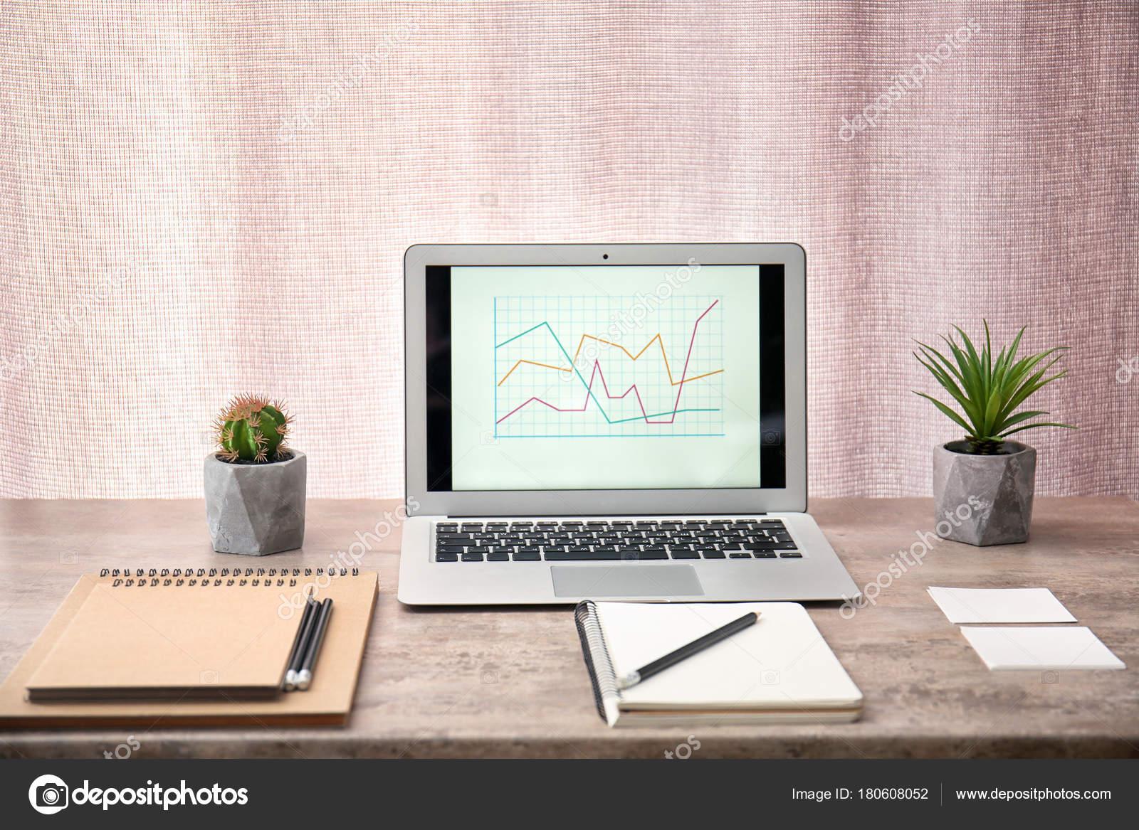 Travail confortable moderne avec ordinateur portable sur bureau