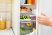 Žena otevírání dveří chladničky, closeup