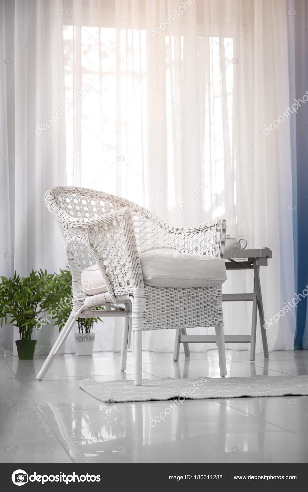 Poltrone Di Vimini Da Interno.Elegante Salone Interno Con Poltrona Vimini Confortevole