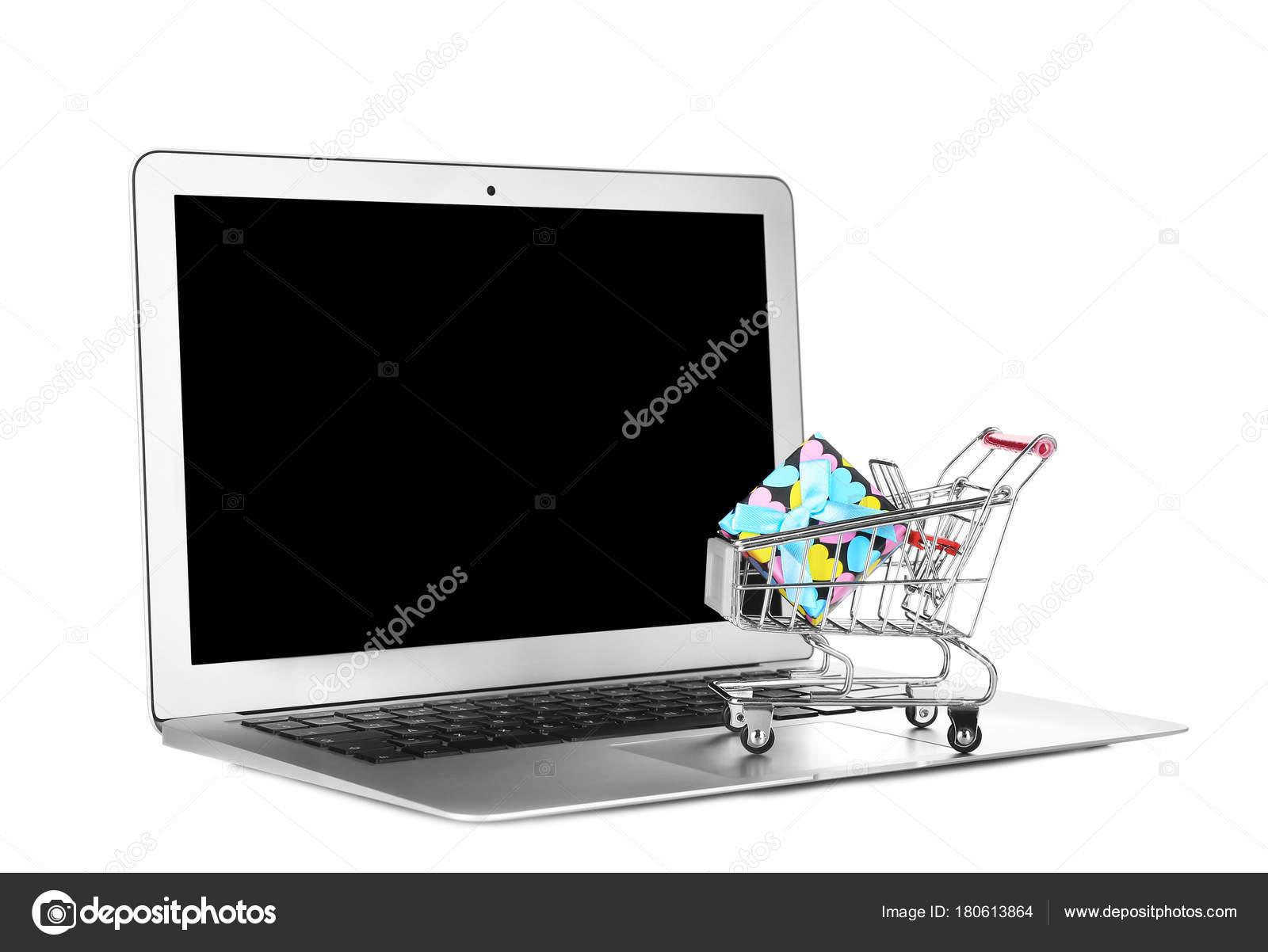 f5a05346de6488 Computer portatile e piccolo carrello con scatola regalo su priorità bassa  bianca. Concetto di acquisto del Internet– immagine stock